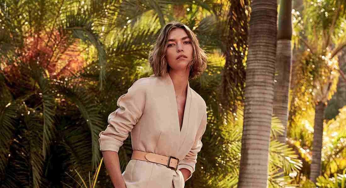 Arizona Muse, icona fashion della moda sostenibile, è la protagonista della nuova capsule Mango Committed PE18.  Realizzata con tessuti riciclati e cotone organico, la nuova collezione presenta silhouette morbide, femminili e fluide. © Ansa