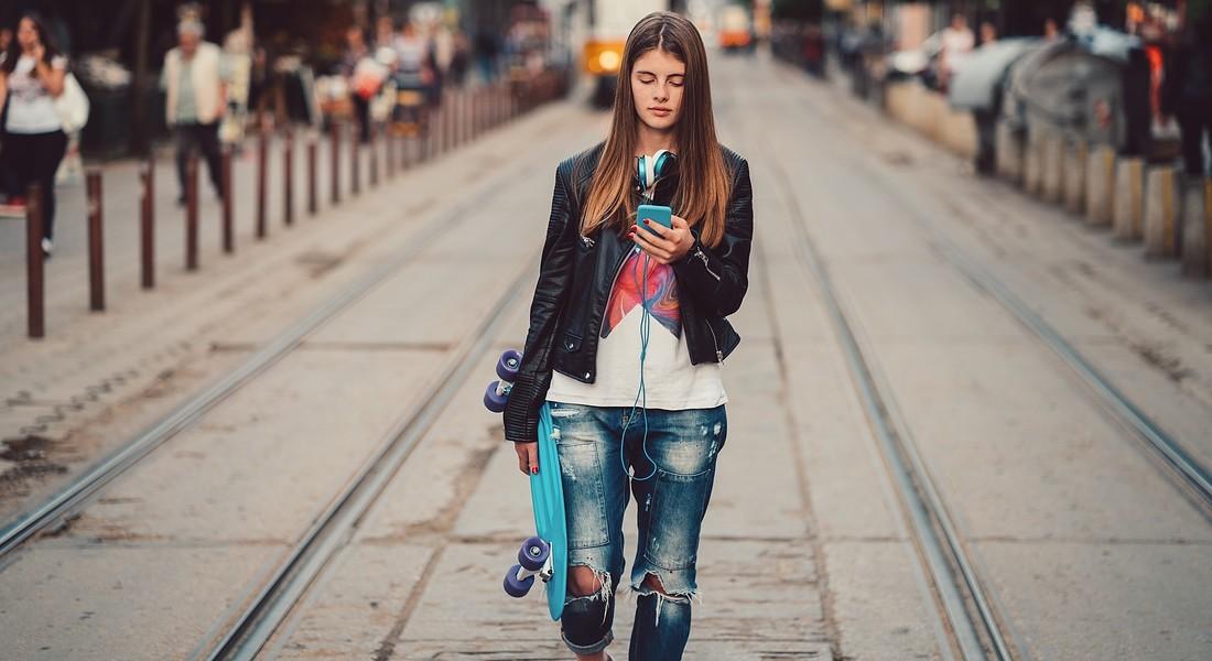 adolescente con lo smartphone . foto iStock. © Ansa