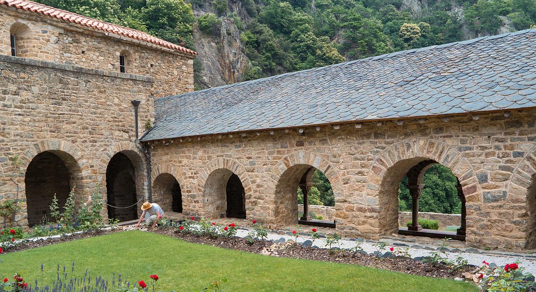 Chiostro con giardino nell'Abbazia romanica di Saint Martin du Canigou foto iStock. © Ansa
