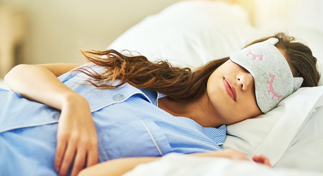 Una mascherina sugli occhi per dormire al buio foto iStock. © Ansa