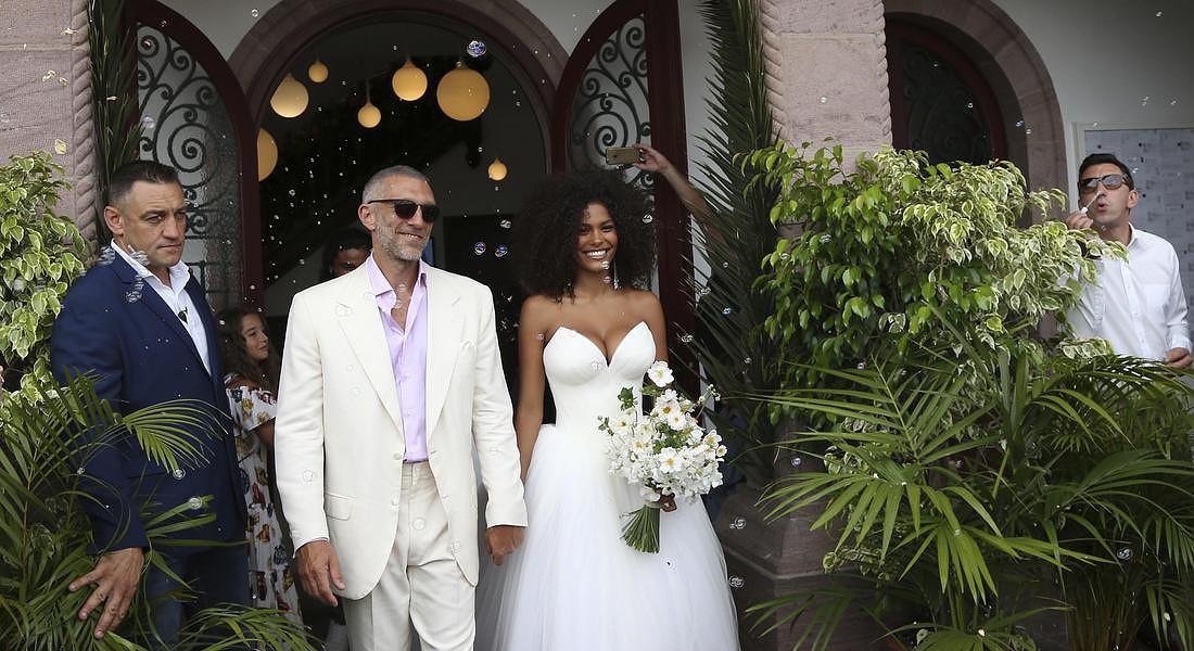 Le nozze di Vincent Cassel con Tina Kunakey il 24 agosto a Bidart in Francia © AP