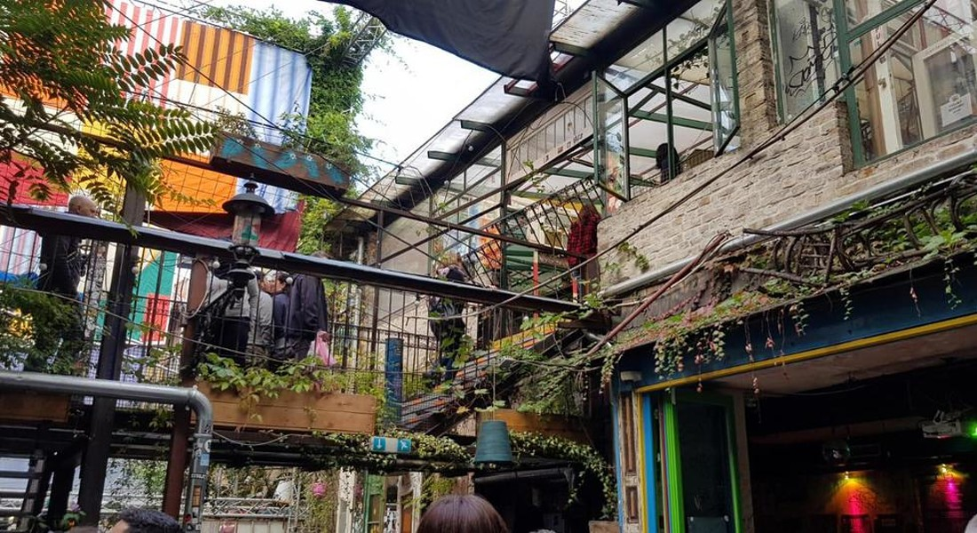 Szimpla kert a Kazinczy nel quartiere ebraico di Budapest, il primo dei ruin pub di tendenza in tutta Europa © ANSA