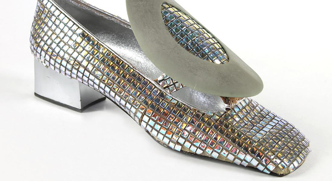 Christian Dior 1970 Mosaico Swarovski ?effetto aurora boreale?, capretto argento e fibbia in metallo specchiato © ANSA