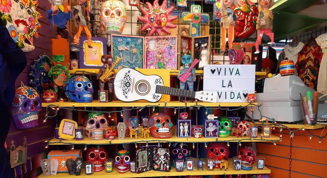 A Olvera Street la via principale di El Pueblo, il nucleo storico di downtown a Los Angeles,  si celebra tra la fine di ottobre e il 2 novembre 'Dia de los Muertos', un'antica festa pre colombiana legata al ricordo dei morti. @Alessandra Magliaro © ANSA