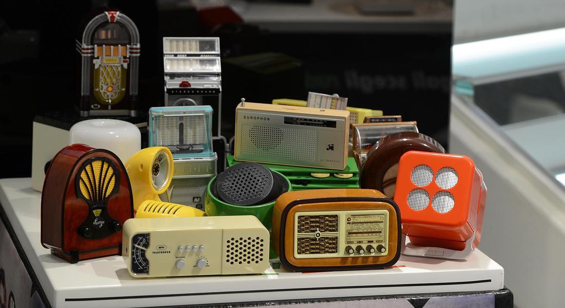radio d'epoca di design esposte per il RADIO DAY presso Radio Novelli di Roma © ANSA