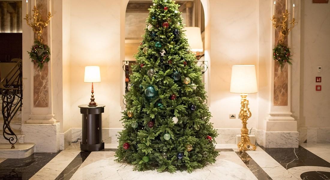 Con i suoi 3 metri d'altezza, l'albero di Natale domina l'elegante hall dell'hotel Eden a Roma ed è decorato con preziose sfere Venini in vetro soffiato, create interamente a mano dai maestri vetrai di Murano © Ansa