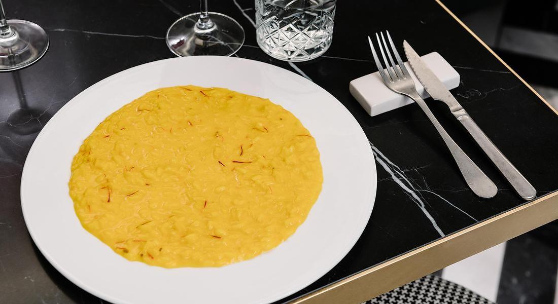 Risotto alla milanese. Dallo chef Domenico Della Salandra di Clotilde Brera (Milano) © ANSA