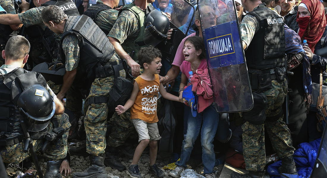 Macedonian police clash with refugees at blocked border - 2015 © EPA