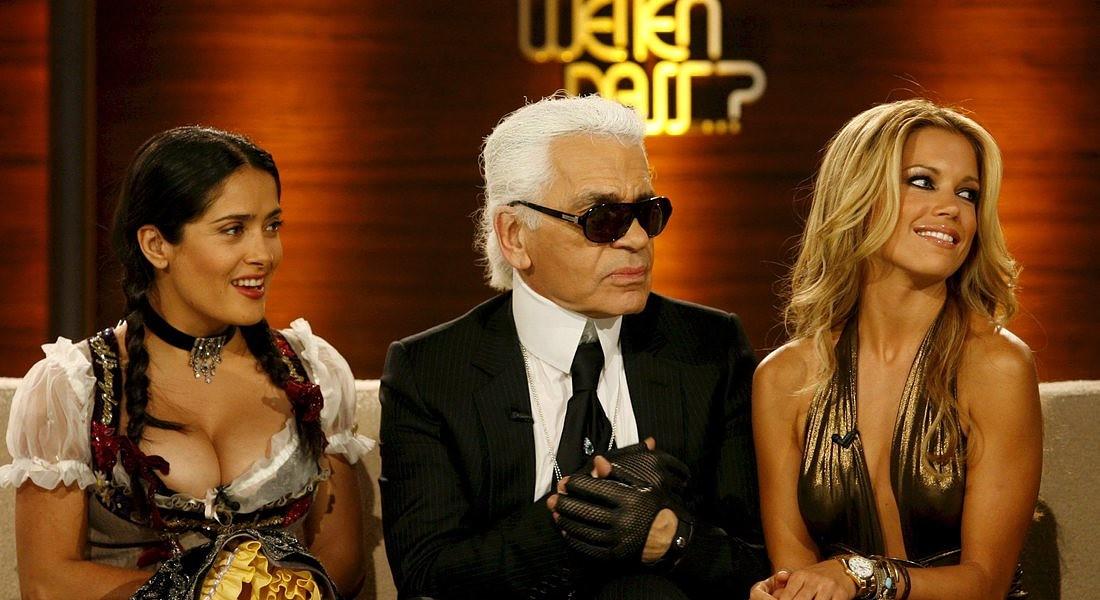 Karl Lagerfeld in una foto del 2008 con Salma Hayek e la modella olandese Sylvie van der Vaart © EPA