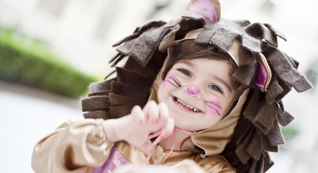 Bambino in maschera fai da te per un carnevale a basso impatto ambientale.  foto iStock 6d738602106