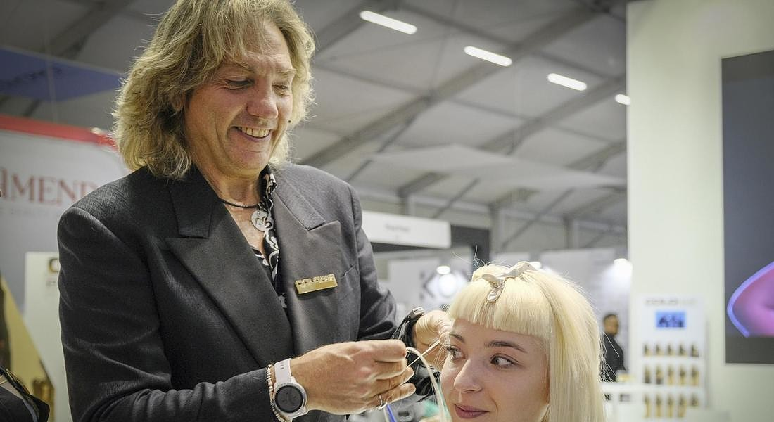 Frangette ed extension colorate dal Cosmoprof © ANSA