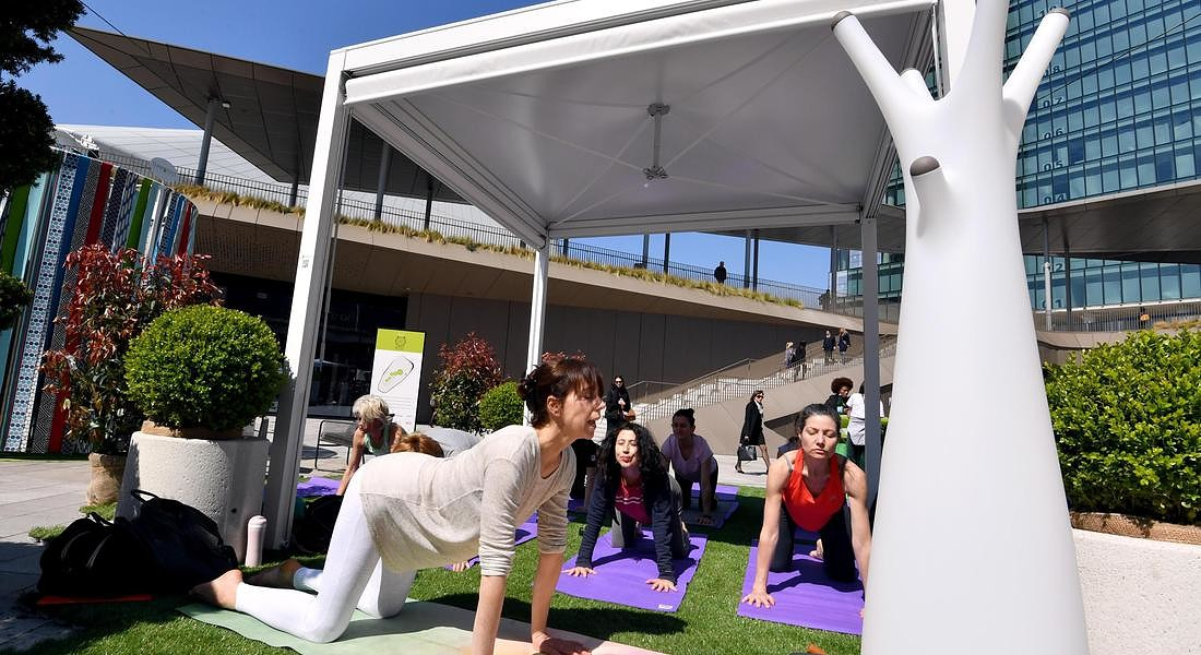 Milan Design Week: Fuori Salone si pratica Yoga allo Yoga Outdoor Festival al City Life district di Milano © ANSA