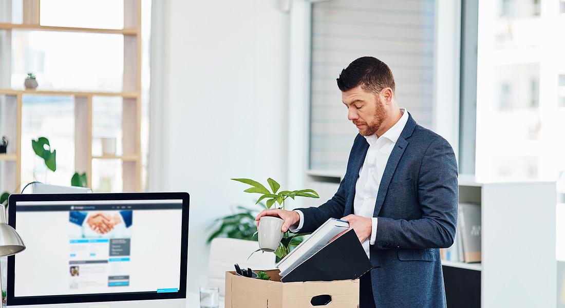 Un uomo prepara gli scatoloni per lasciare l'ufficio. foto iStock. © Ansa
