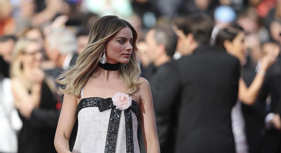 Margot Robbie sul red carpet di C'era una volta a Hollywood (completo Chanel) © AP
