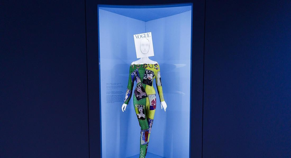 Met Museum Costume Institute exhibit Camp: Notes on Fashion preview: un tailleur di Gianni Versace © EPA