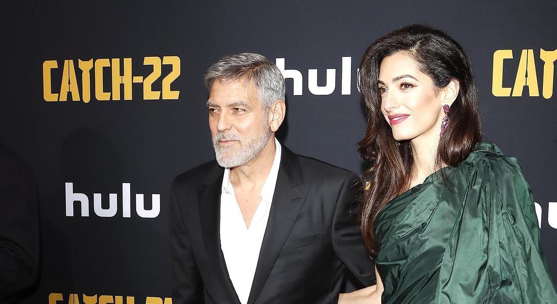 Premiere 'Catch 22': George e Amal Clooney © EPA