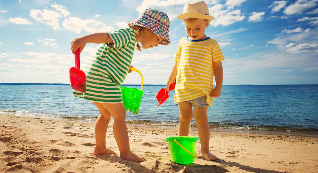 in spiaggia con palette e secchiello, due bambini si divertono. foto iStock. © Ansa
