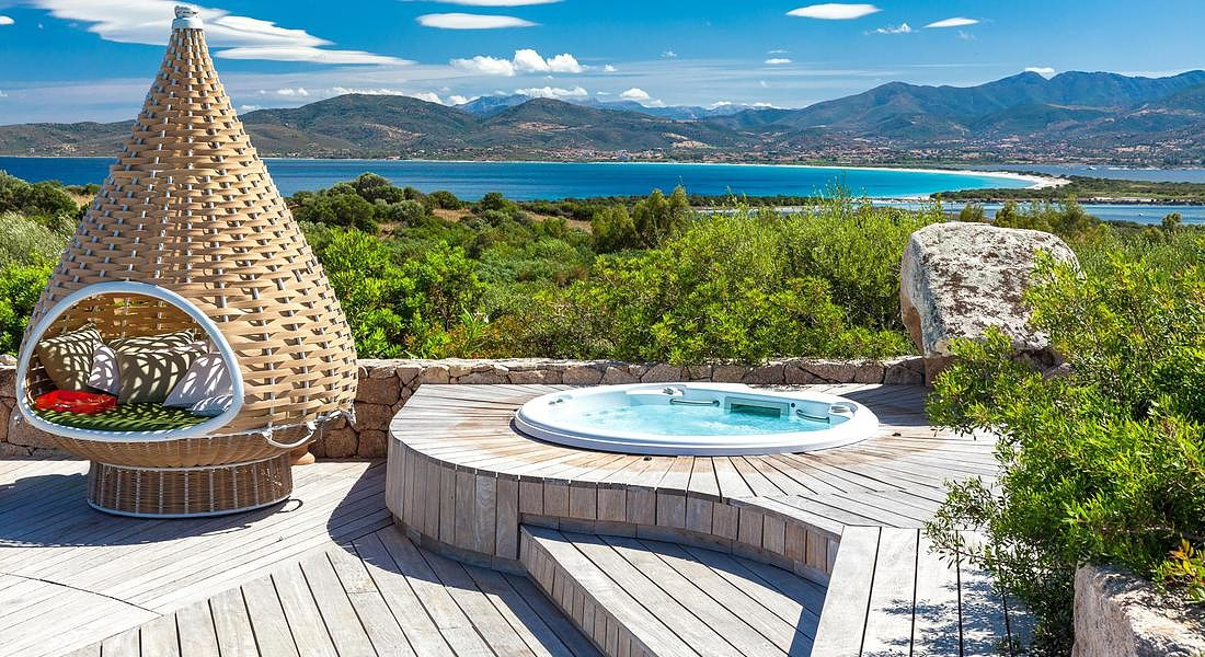 Lifestyle Sardegna VillA George Clooney jacuzzi and view © ANSA