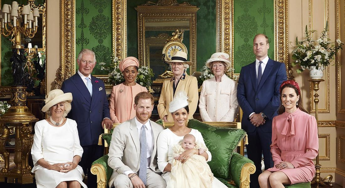 Al battesimo di Archie: Camilla, the Duchess of Cornwall sits at left. Back row from left, Prince  Charles, Doria Ragland, Lady Jane Fellowes, Lady Sarah McCorquodale, Prince William and Kate, the  Duchess of Cambridge © AP