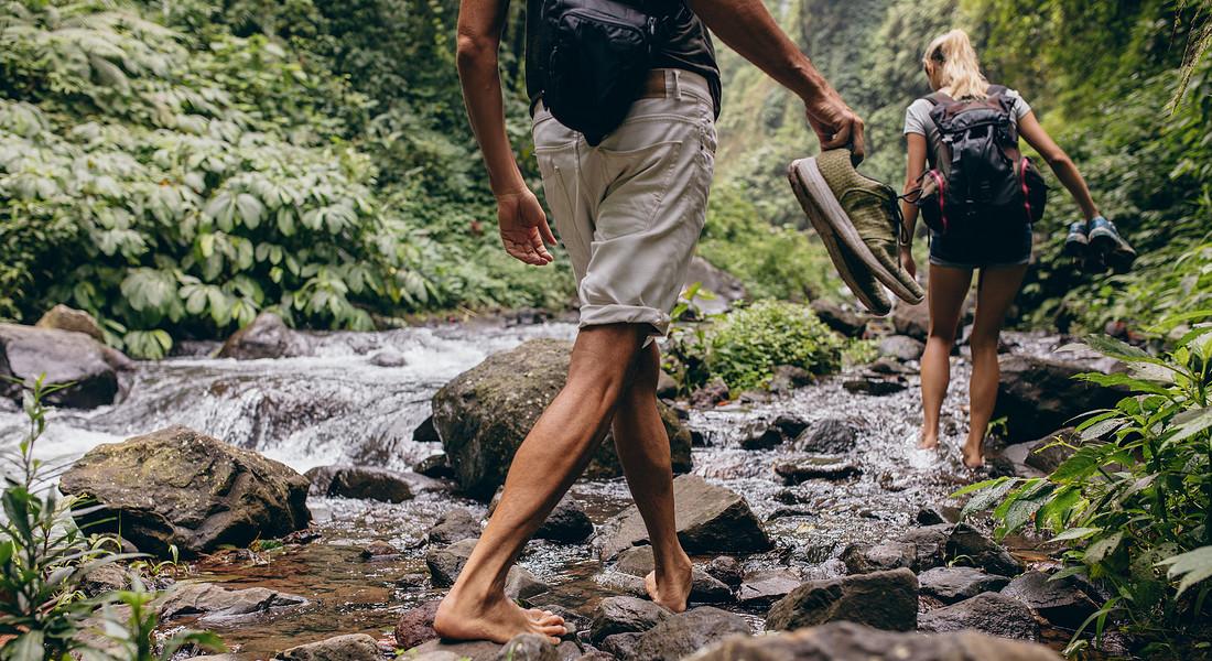 Camminare scalzi , barefoot hiking, per riconnetterci con la natura. foto iStock. © Ansa