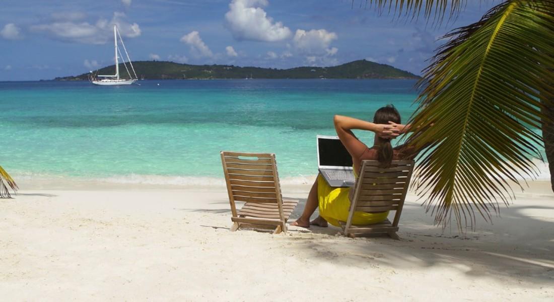 Con il computer a lavoro su una spiaggia caraibica foto iStock. © Ansa