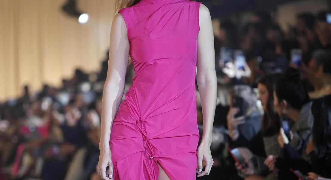 Gigi Hadid sfila per Off White - Runway - Paris Fashion Week S/S 2020 © EPA