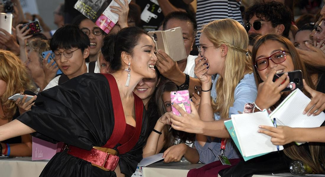 76th Venice International Film Festival Chinese actress Gong Li signs autographs as she arrives for a premiere of 'Lan Xin Da Ju  Yuan(Saturday Fiction) ' © ANSA