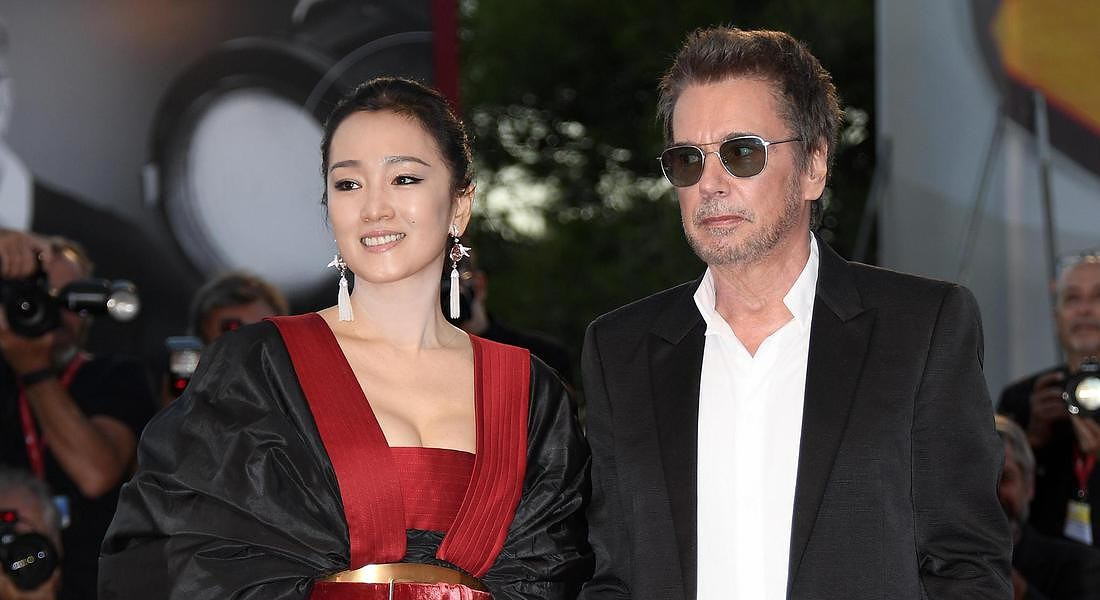 Chinese actress Gong Li (L) and her husband French composer Jean-Michel Jarre arrive for the  premiere of 'Lan Xin Da Ju Yuan(Saturday Fiction) ' © ANSA