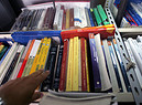 Gli scaffali con testi scolastici di seconda mano (ANSA)
