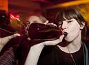 Una ragazzina beve alcol foto IGphotography iStock. (ANSA)