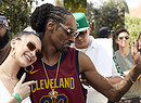 Hot pants jeans Levi's per Bella Hadid, qui con Snoop Dog a Palm Spring (ANSA)