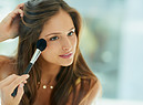 Make up no make up. Un tocco di brush per dare aspetto bonne mine. foto Peopleimages iStock. (ANSA)