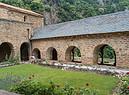 Chiostro con giardino nell'Abbazia romanica di Saint Martin du Canigou foto iStock. (ANSA)
