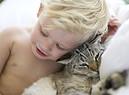 Un bambino abbracciato al suo gatto foto iStock. (ANSA)