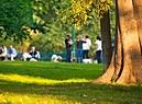 Persone si rilassano in un parco cittadino. foto iStock. (ANSA)
