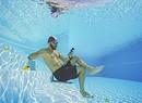 Anche sott'acqua non si smette di controllare lo smartphone! foto iStock. (ANSA)