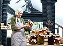 Una donna con i vasetti di verdure fermentate foto iStock. (ANSA)