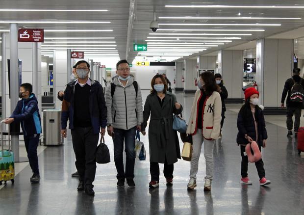 Alcuni dei 202 passeggeri provenienti dalla città cinese di Wuhan, epicentro del coronavirus,  all'Aeroporto di Fiumicino © ANSA