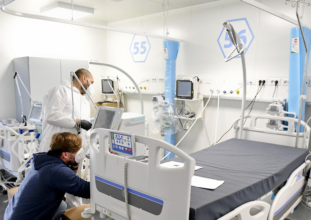 Tecnici ed infermieri allestiscono nuovi posti nei reparti di terapia intensiva dell'ospedale modulare Covid dell'Ospedale del Mare a Napoli © ANSA