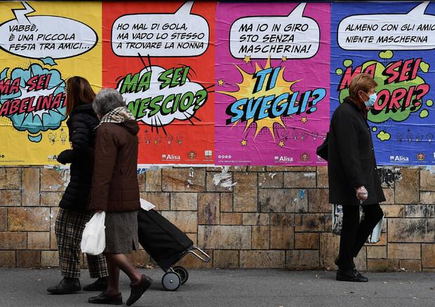 Affissioni a Genova per sensibilizzare la popolazione sui giusti comportamenti anti-contagio © ANSA