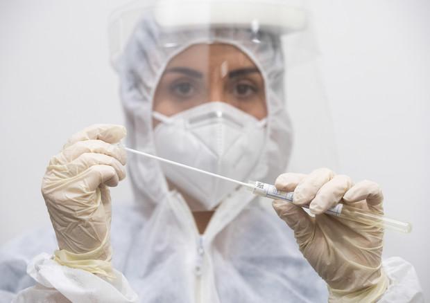 Una infermiera prepara un tampone © ANSA
