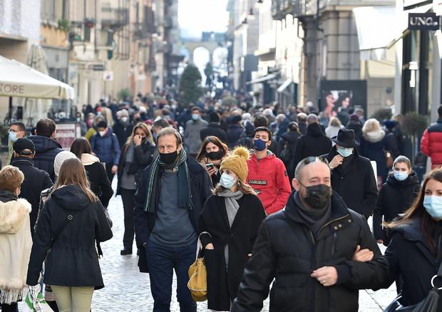 Folla a Torino per lo shopping © ANSA