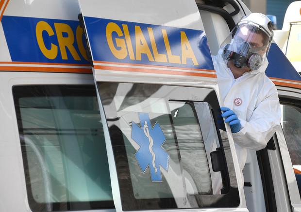 Un dottore al lavoro a Genova © ANSA