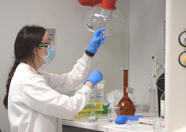 Un ricercatore in un laboratorio in una foto di archivio © EPA