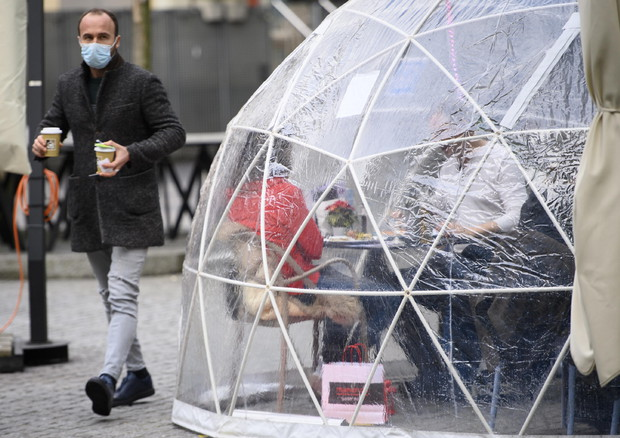 Christmas shopping amid the coronavirus pandemic © EPA