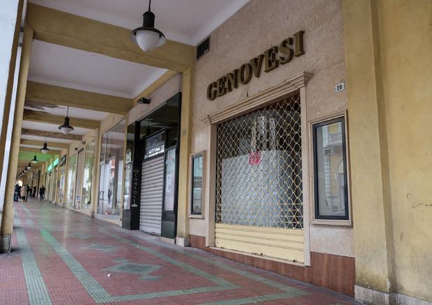 Alcuni negozi chiusi in Abruzzo © ANSA