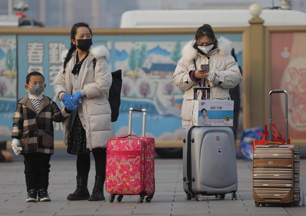Viaggiatori indossano le mascherine di protezione © EPA