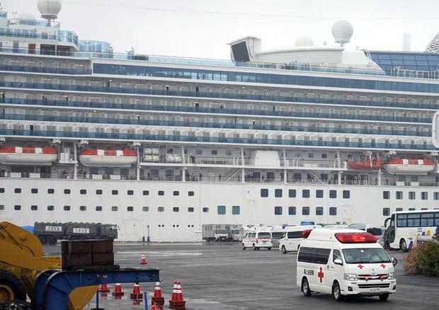 Un'ambulanza trasporta un passeggero contagiato della nave da crociera Diamond Princess © EPA