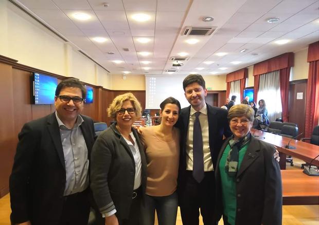 L'equipe di ricercatori dello Spallanzani di Roma con il ministro della salute Roberto Speranza.