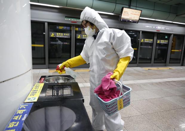 Corea del Sud, pulizia nella metro © EPA